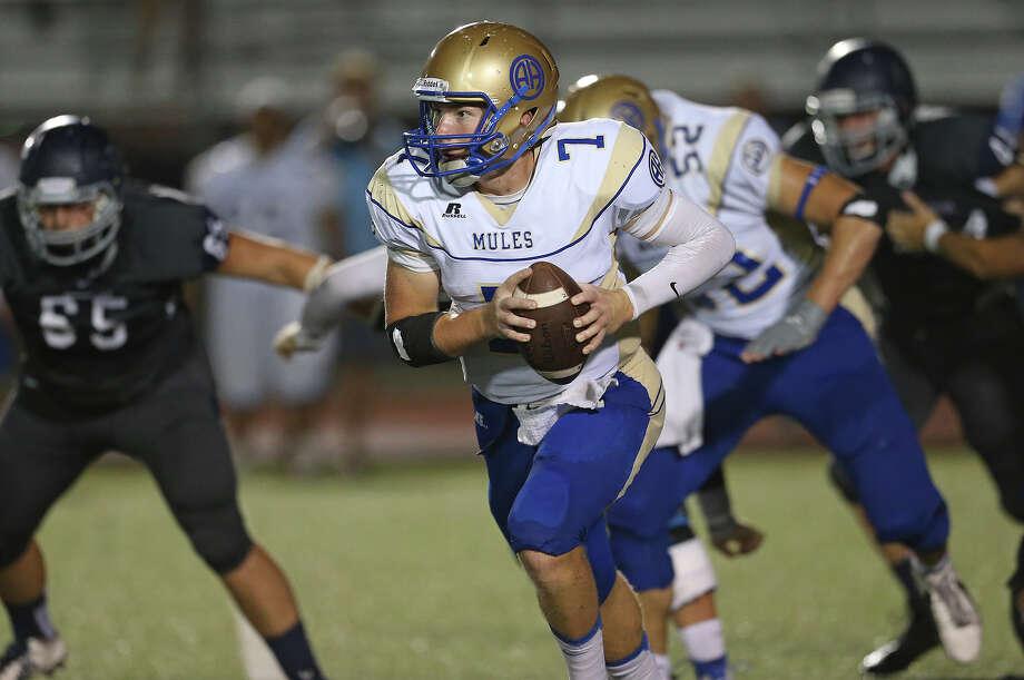 Alamo Heights quarterback Dalton Banks scrambles for yardage against Boerne Champion on Sept. 19, 2014. Photo: Tom Reel /San Antonio Express-News / San Antonio Express-News