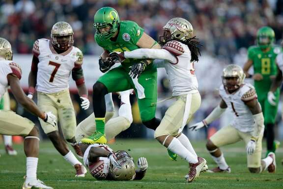 PASADENA, CA - JANUARY 01:  Tight end Evan Baylis #81 of the Oregon Ducks runs with the ball after a catch against the Florida State Seminoles during the College Football Playoff Semifinal at the Rose Bowl Game presented by Northwestern Mutual at the Rose Bowl on January 1, 2015 in Pasadena, California.  (Photo by Ezra Shaw/Getty Images)