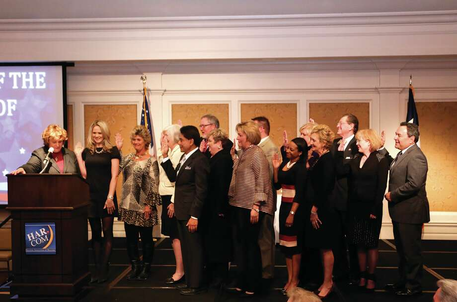 Texas Real Estate Commission chair Avis Wukasch swears in the 2015 HAR board of directors.