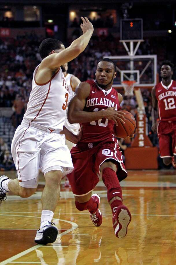 Oklahoma's Jordan Woodward (10) tries to shake Texas' Javan Felix on his way to the basket in the first half. Photo: Michael Thomas, FRE / FR65778 AP