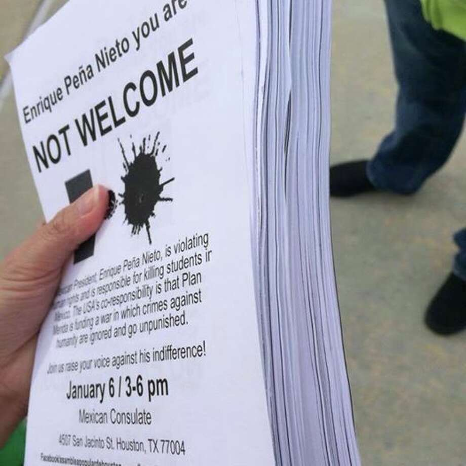 Aviso sobre manifestación frente a Consulado de México distribuido por el grupo Asamblea Popular de Houston. Photo: Página De Facebook De APH.