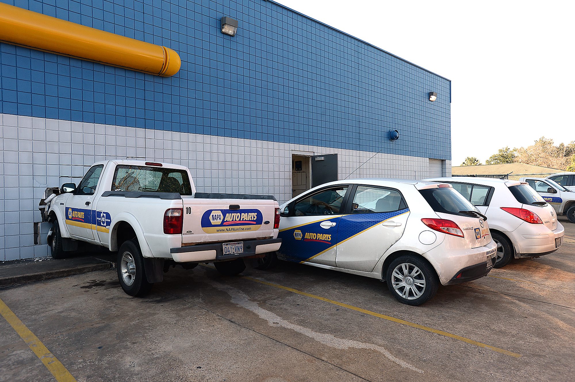 NAPA driver crashes truck into store's wall - Houston Chronicle