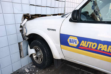NAPA driver crashes truck into store's wall - Beaumont