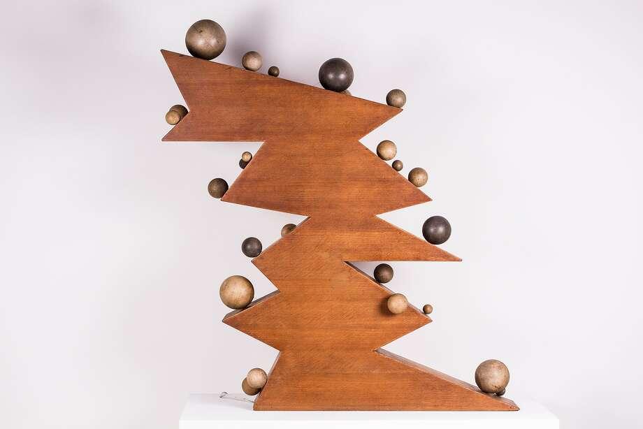"""""""Vingt cinq boules sur dix plans inclinés"""" (1965) wood with mechanism by Pol Bury Photo: Unknown, Jules Maeght Gallery, S.f."""