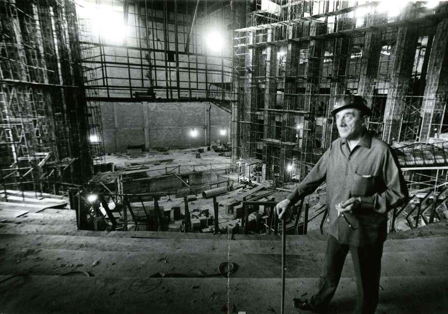 1965年10月,约翰·巴比罗利爵士访问了杰西·H·琼斯音乐厅(Jesse H. Jones Hall)的表演艺术建筑工地。观看休斯敦市中心正在兴建的演出大厅的更多照片...照片:File / Houston Chronicle