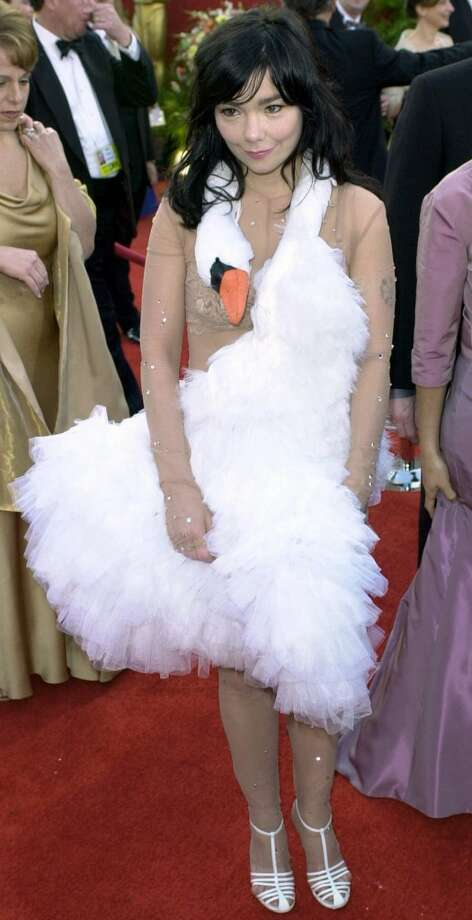 SWAN DIVE: This swan song of a dress took a dive when singer Bjork arrived at the 73rd annual Academy Awards n this March 25, 2001 file photo, in Los Angeles. ) Photo: MICHAEL CAULFIELD, AP
