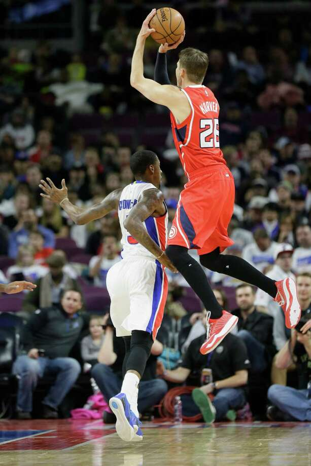 Atlanta's Kyle Korver, who scored 11 points, sails high above Detroit's Kentavious Caldwell-Pope to get off a first-half shot. Photo: Carlos Osorio / Associated Press / AP