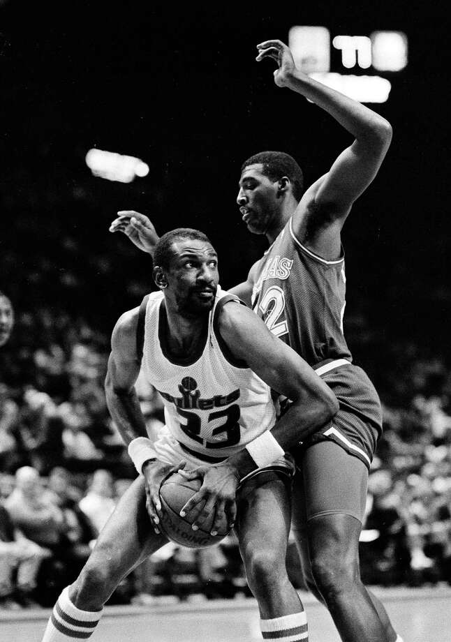 FILE - In this April 1, 1988, file photo, Washington Bullets' Charles Jones, left, drives for the basket against Dallas Mavericks' Roy Tarpley during an NBA basketball game in Landover, Md. Tarpley, the former Mavericks star center whose NBA career was cut short by drug abuse, has died. He was 50. A Tarrant County medical examiner's report says Tarpley died Friday afternoon, Jan. 9, 2015, at Texas Health Arlington Memorial Hospital. No cause of death was given in the online report. (AP Photo/File) Photo: Associated Press / AP