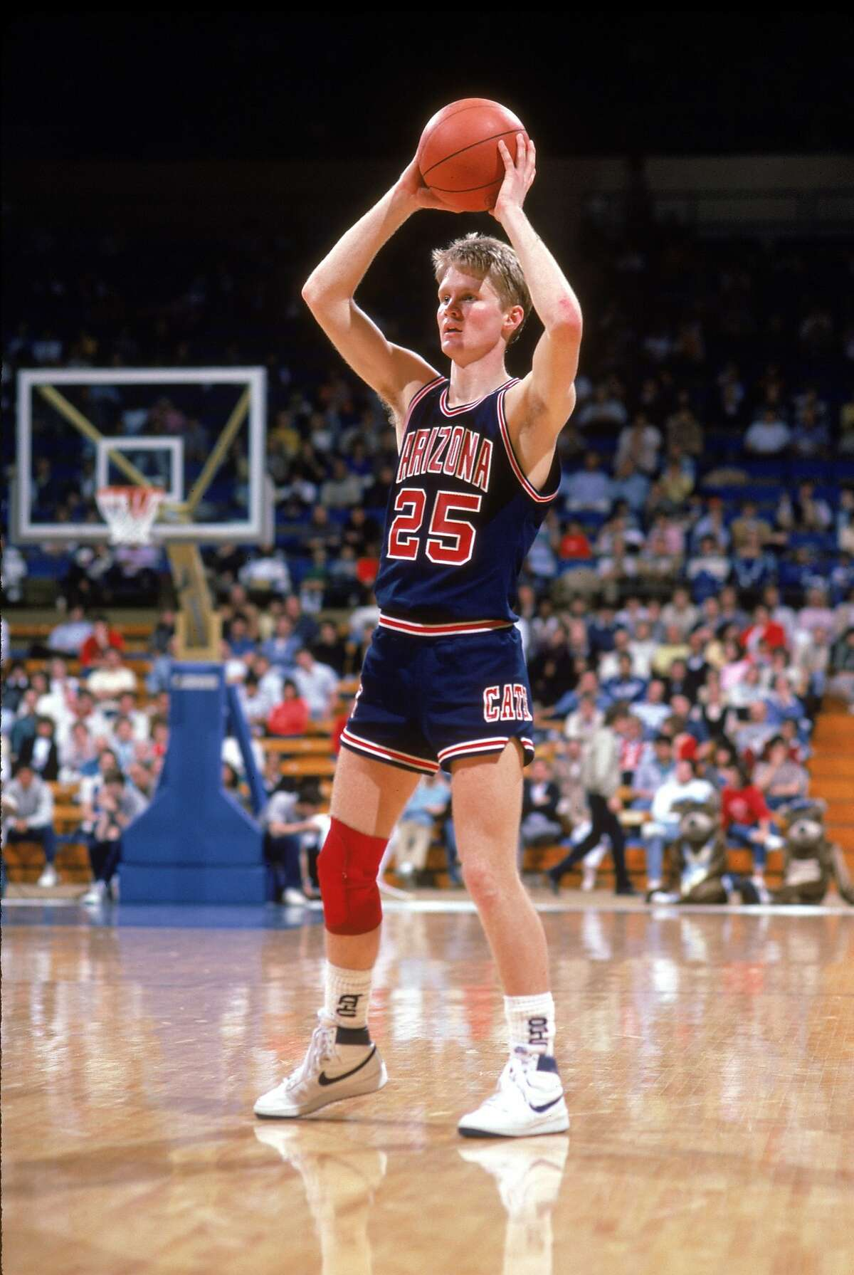 TUCSON, ARIZONA - 1991-1996: Steve Kerr #25 of the University of Arizona Wildcats looks to pass during a season game in Tucson, Arizona . (Photo by: Bernstein Associates/Getty Images)