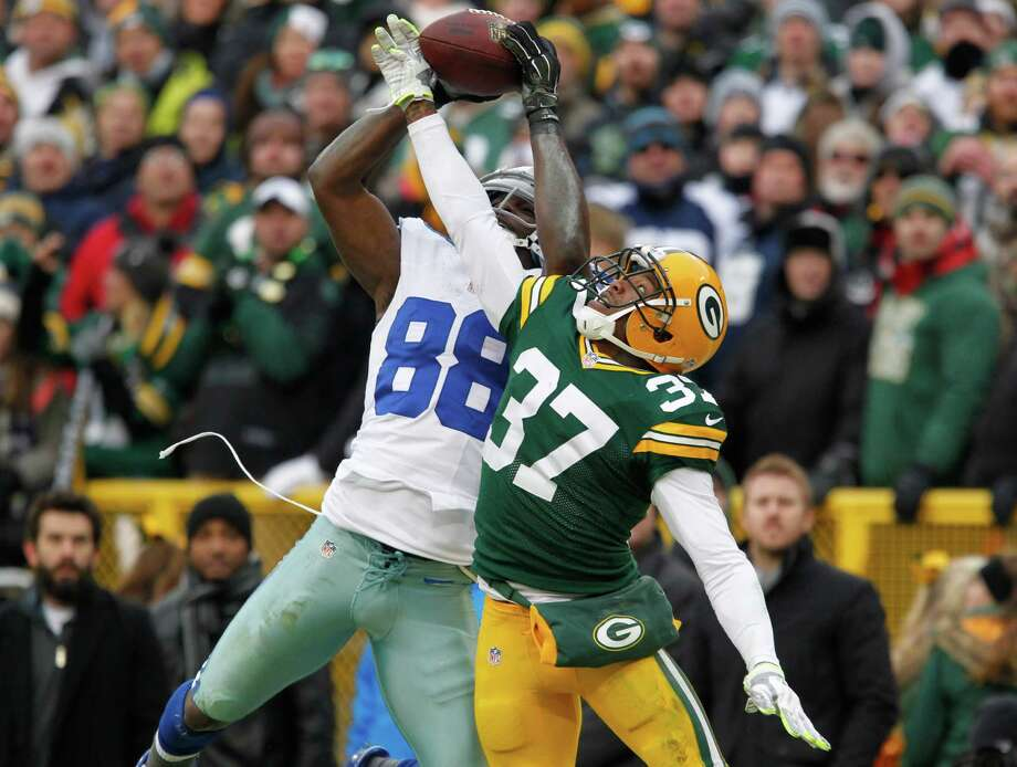 Cowboys receiver Dez Bryant tries to pull in a pass that was overruled in the second half. Photo: Matt Ludtke / Associated Press / FR155580 AP