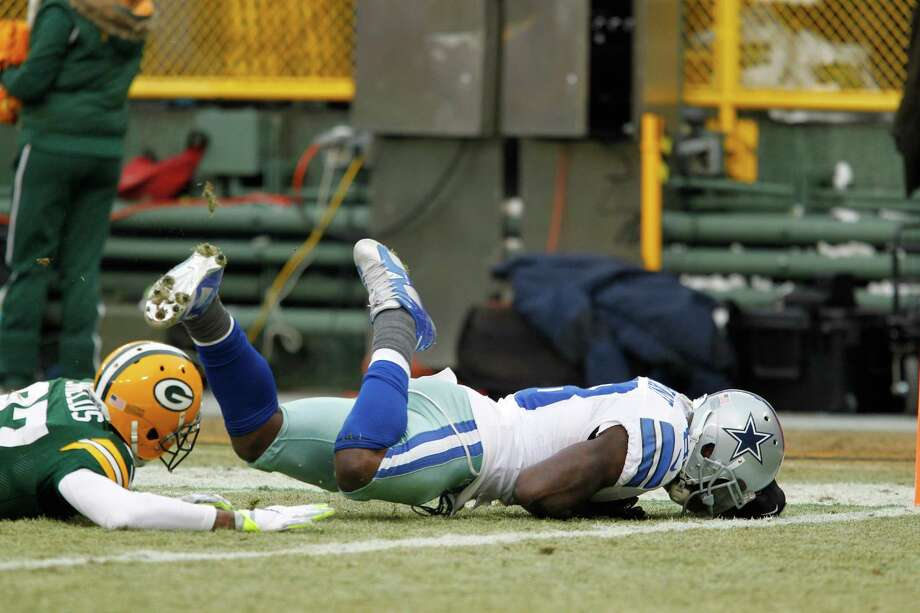 Dallas Cowboys wide receiver Dez Bryant appears to catch a pass against Green Bay Packers cornerback Sam Shields in the second half of the NFC divisional playoff game. The play was reversed. The Packers won 26-21. Photo: Matt Ludtke /Associated Press / FR155580 AP
