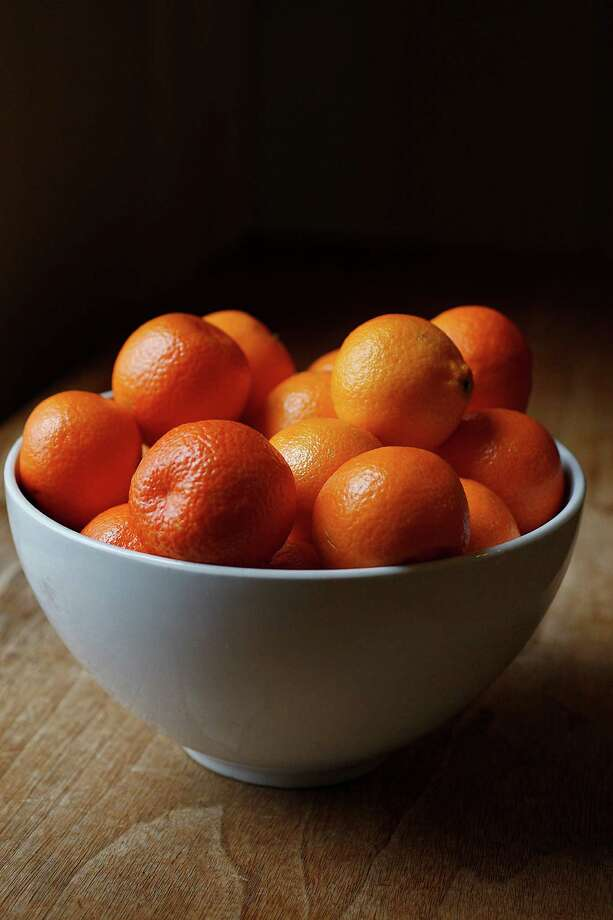 Clementines arranged in a bowl. Photo: Liz Hafalia, Staff / ONLINE_YES