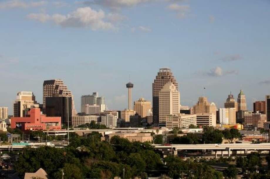10. San Antonio–New Braunfels, Texas  (Ganó dos lugares) Los salarios crecieron en esta zona un 19 por ciento más rápido que en el resto de la nación. La industria de la salud emplea a más de 100,000 personas en el área metropolitana. El Centro de Ciencias de la Salud, de la Universidad de Texas, capacita cada año a más de 3,000 médicos, expertos en biomédica y profesionales sanitarios. Asimismo, dicho centro de salud lidera a las instituciones de investigaciones, lo que en el año fiscal 2014 atrajo 176 millones de dólares para realizar estudios científicos. Además, la exploración de yacimientos de petróleo y gas natural en Eagle Ford Shale sigue generando empleos en la industria energética.