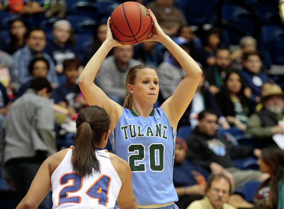 Tulane guard Danielle Blagg, a former Smithson Valley start, passes from the corner against UTSA at the Convocation Center on Feb. 8, 2014. Photo: Tome Reel /San Antonio Express-News