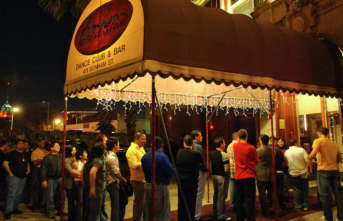 Customers line up to get into the Bonham Exchange Friday night, December 2, 2005. TOM REEL/STAFF