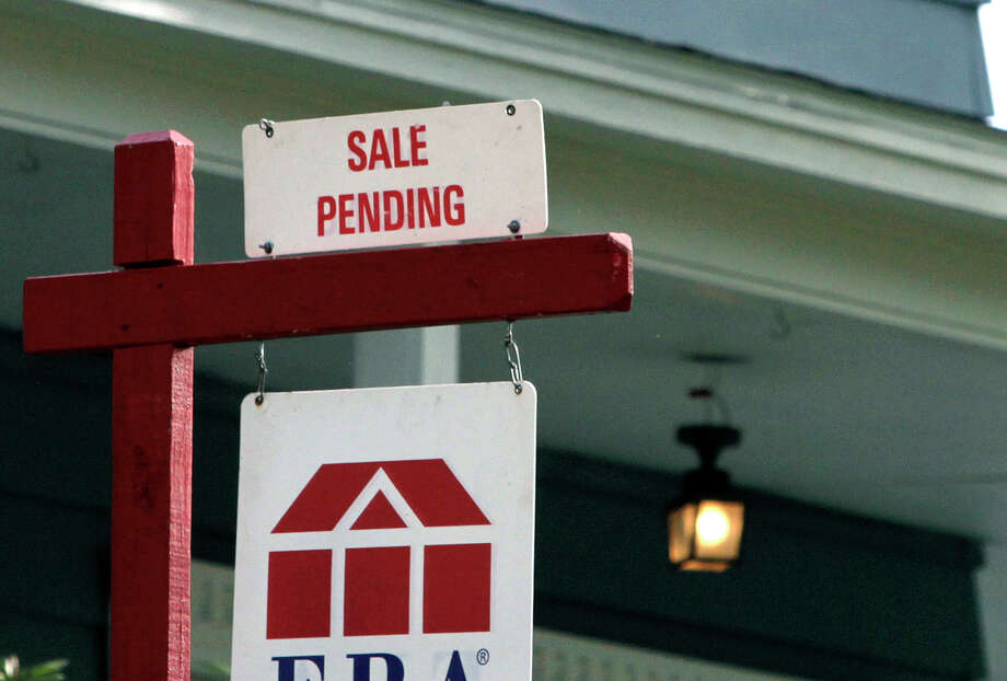 In this May 8, 2014 photo, a sign announces a residential home sale pending in Framingham, Mass. Freddie Mac reports on average U.S. mortgage rates for this week on Thursday, July 10, 2014. (AP Photo/Bill Sikes) Photo: Bill Sikes, STF / AP