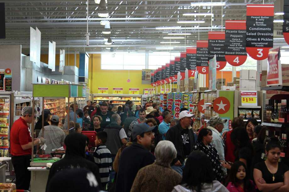 The new two-story H-E-B store at 1601 Nogalitos St. opened Friday to a huge turnout from shoppers looking to stock up on food. Photo: Tyler White, Photo By Tyler White