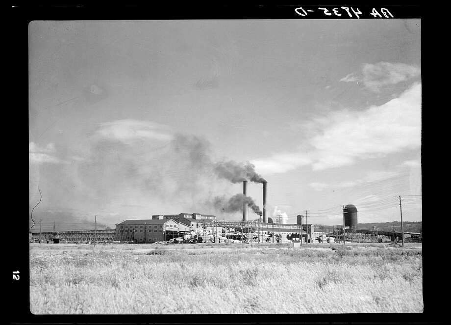 Weyerhauser sawmill at Longview, Wash., employs many of the Longview homesteaders.July 1936. Photo: Arthur Rothstein