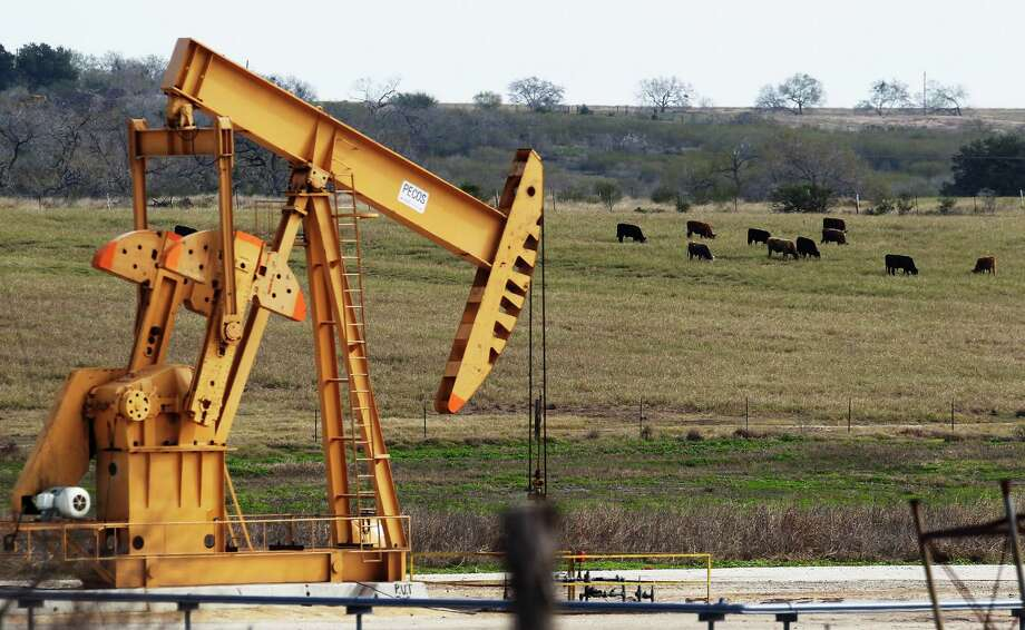 The U.S. Energy Information Administration has predicted that by the end of the year, daily production in the three major U.S. shale fields, centered in South Texas, North Dakota and Colorado, will have fallen 629,000 barrels since April. Photo: Kin Man Hui /San Antonio Express-News / ©2015 San Antonio Express-News