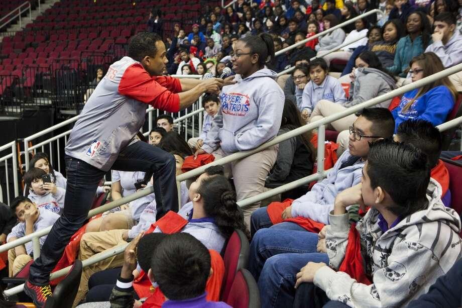 El actor y escritor Hill Harper hace preguntas a una estudiante durante un evento sobre educación financiera en el Toyota Center auspiciado por MassMutual. Photo: Marie D. De Jesus, Houston Chronicle