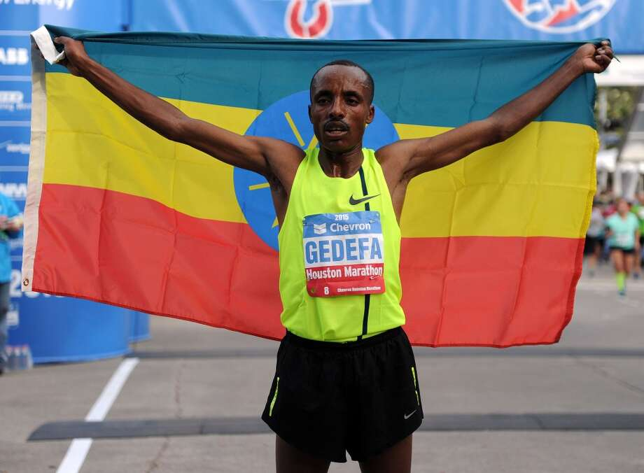 Campeón del Houston Marathon Birhanu Gedefa de Etiopía fue uno de los miles de corredores que acudieron el domingo 18 de enero de 2015 al downtown para defender el Chevron Houston Marathon y el Aramco Half-Marathon. Photo: Eric Christian Smith, For The Chronicle
