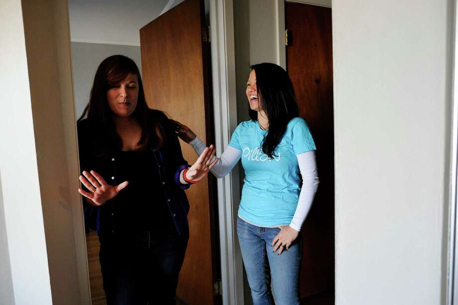 Meg Escobar (right) a hospitality pro for Airbnb management service Pillow, talks with guest Dana Pattison as Dana checks into an apartment she has rented for the weekend in San Francisco. Photo: Michael Short / Special To The Chronicle / ONLINE_YES