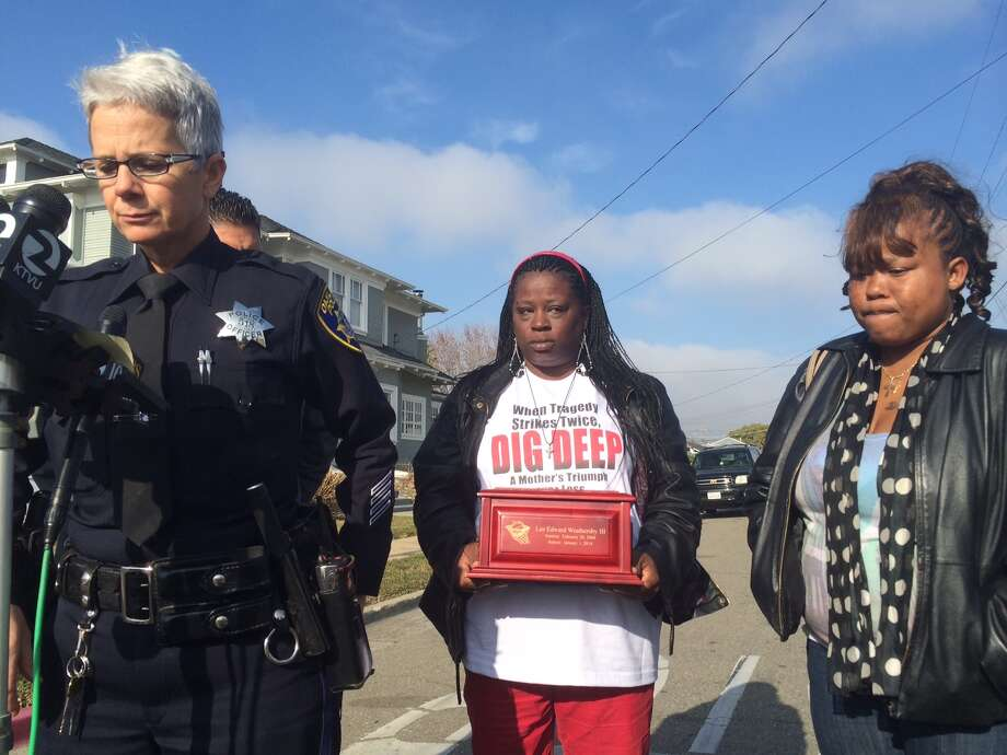 Oakland police Officer Johnna Watson, left, discusses asks for tips in a January 2014 double slaying while accompanied by the victims' mothers, Dinyal New, middle, and Tameka Rothschild, right. Photo: Henry K. Lee / ONLINE_YES
