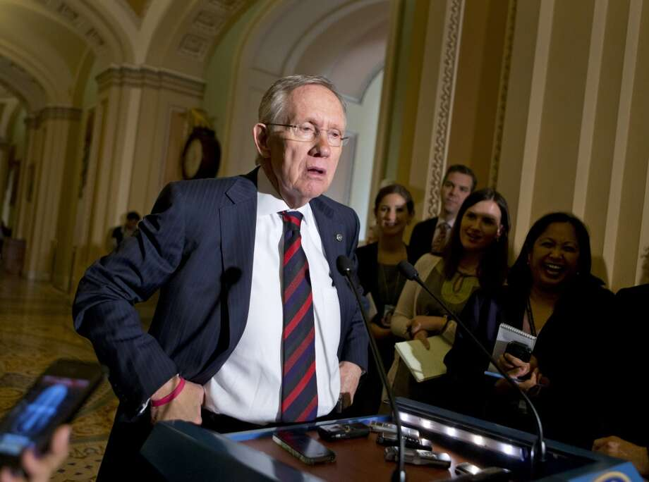 Harry Reid, senador por Nevada, fue durante ocho años el líder del Partido Demócrata, que ocupaba la mayoría de los escaños en la Cámara Alta, hasta que perdió esa mayoría en las elecciones de noviembre. Ahora como líder de la minoría mantiene su apoyo a una reforma inmigratoria amplia. Photo: J. Scott Applewhite, AP