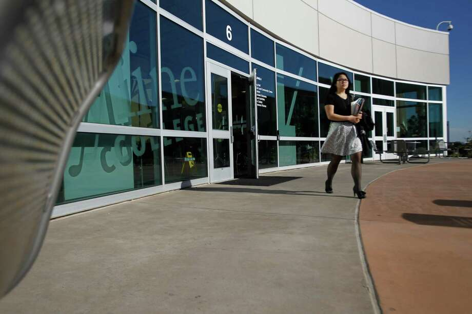 A student walks to class at Skyline College in San Bruno in 2013. Photo: Mathew Sumner / Mathew Sumner / Special To The Chronicle / ONLINE_YES