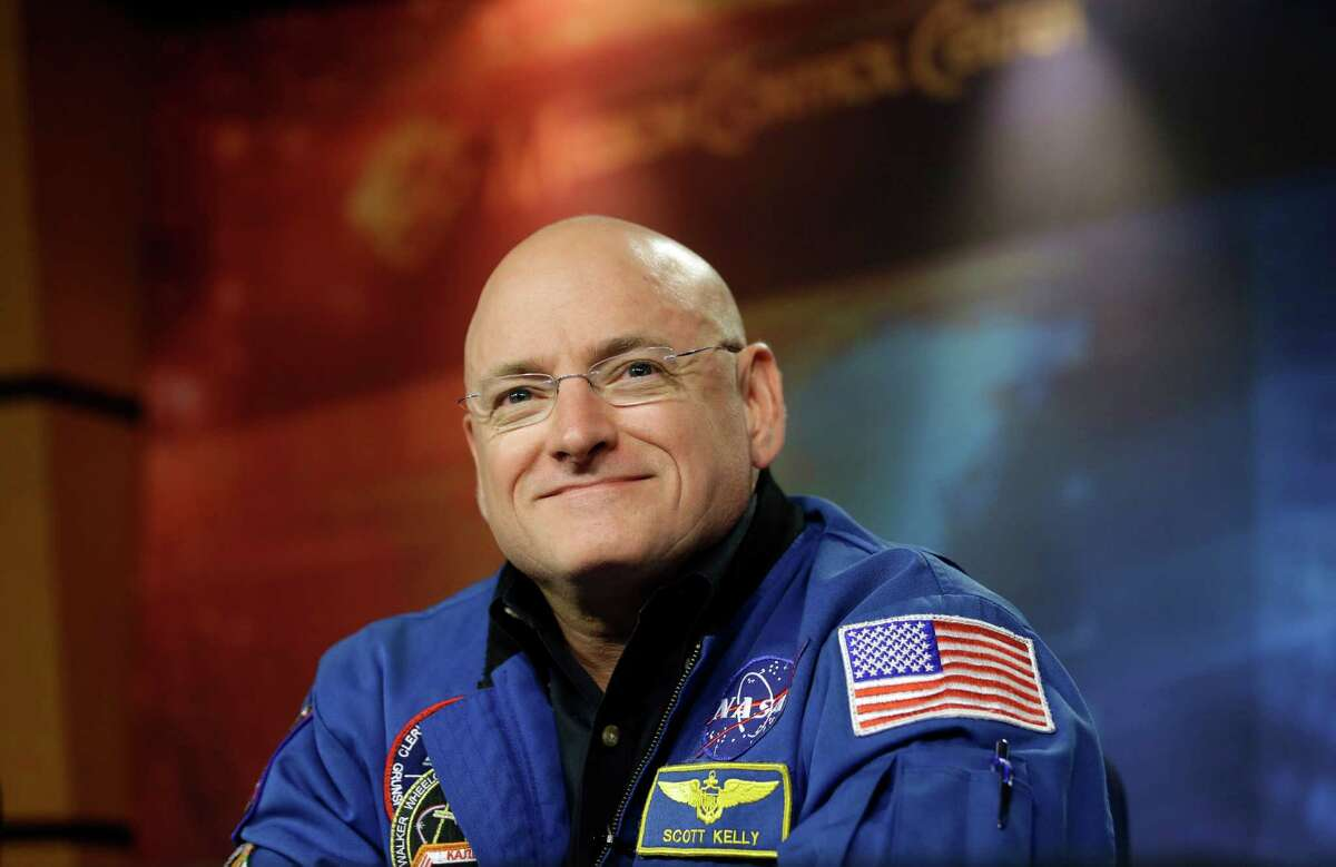 PHOTOS: 10 far out records set by astronauts NASA astronaut Scott Kelly plans to break the record for longest single spaceflight for an American when he launches into orbit Friday. Kelly will be in space for 342 days, breaking the record set by Michael Lopez-Alegria eight years ago. See other far-out space records in the gallery.