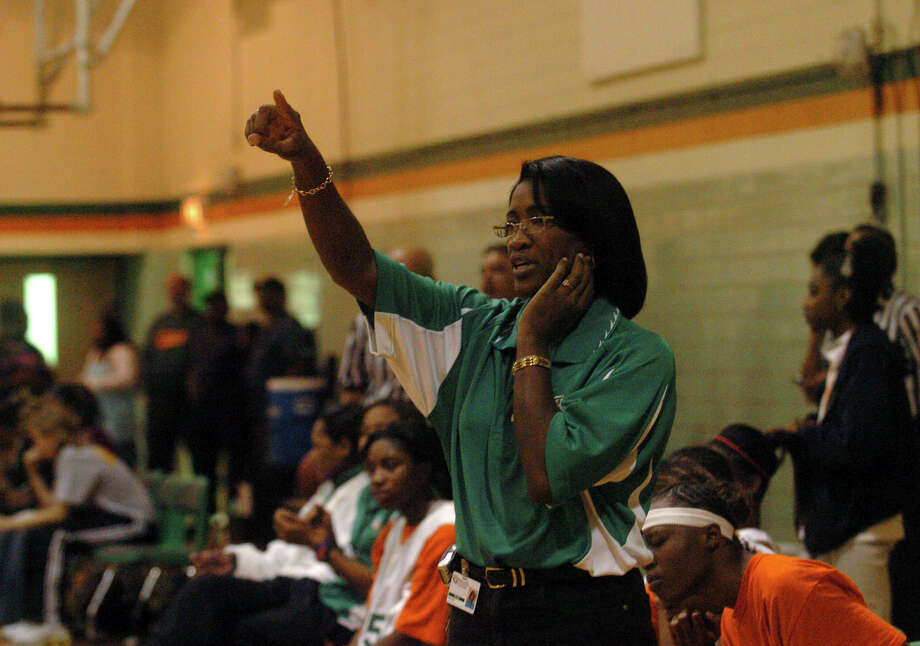 Milyse Lamkin directs her the Sam Houston High School girls basketball team in this 2005 file photo. Lamkin recently died after a hard-fought battle with cancer, and the girls she coached are determined to win in her honor. Photo: San Antonio Express-News / SAN ANTONIO EXPRESS-NEWS