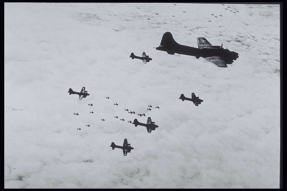USA BOMBER FORMATION OVER GERMANY IN WORLD WAR II Photo: Petrified Collection, Getty Images / (c) Petrified Collection