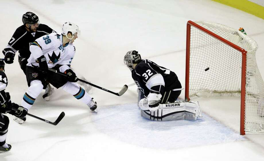 The Sharks' Logan Couture (39) scores his 17th goal of the season past Kings goalie Jonathan Quick in the first period. Photo: Marcio Jose Sanchez / Associated Press / AP