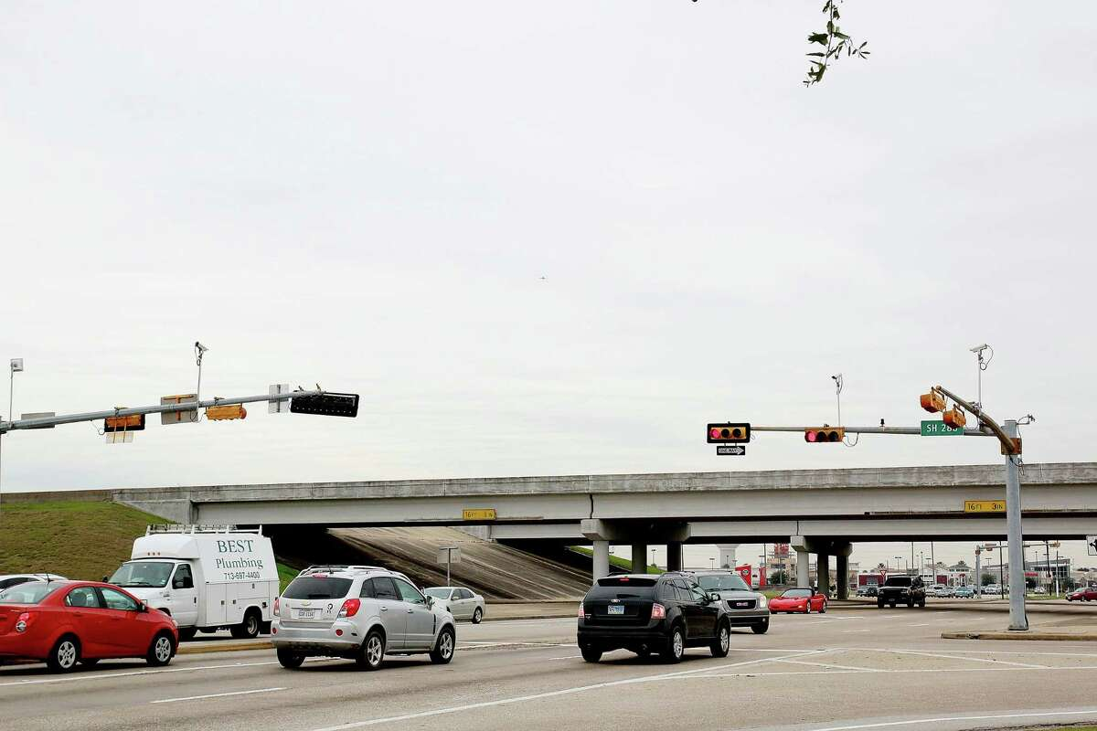 Constant traffic at TX 288 and FM 518 at Pearland, TX. Photo by Pin Lim.
