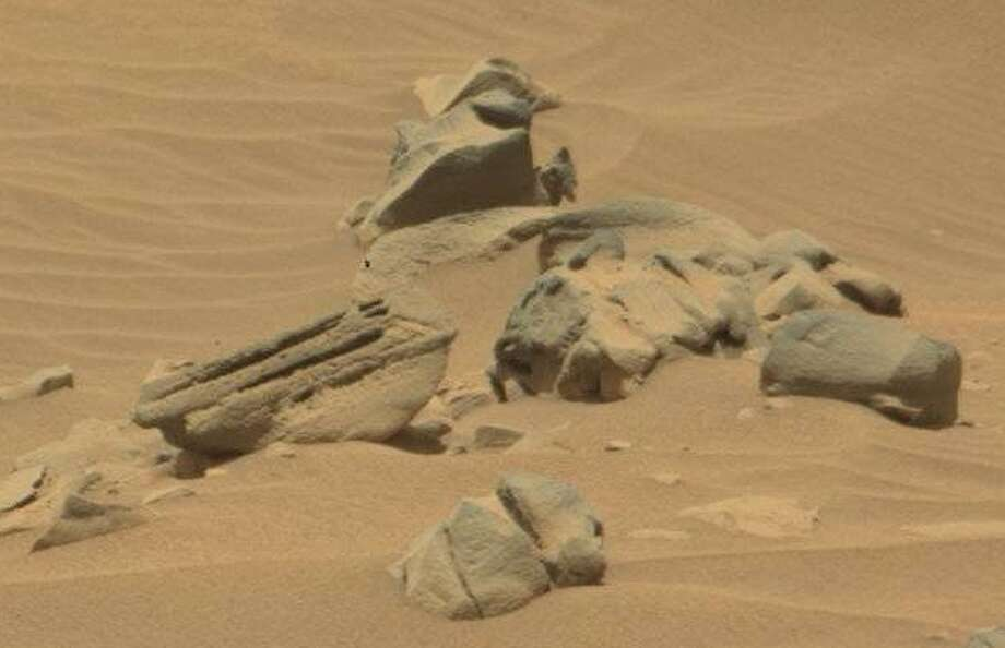 A cat statue on Mars?Observers scouring through NASA images from Mars believe this pile of rocks looks like a broken cat statue, perhaps built in tribute to earthly felines. Can you see it?