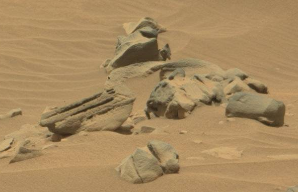 nasa rover spots claw of living alien on mars - 592×382