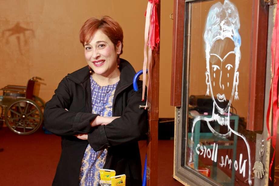 """La dramaturga, directora teatral y actriz méxico-estadounidese Ángeles Romero escribió """"El Entrecejo"""" basado en la vida de la pintora mexicana Frida Kahlo. Photo: Gary Fountain, Para La Voz"""