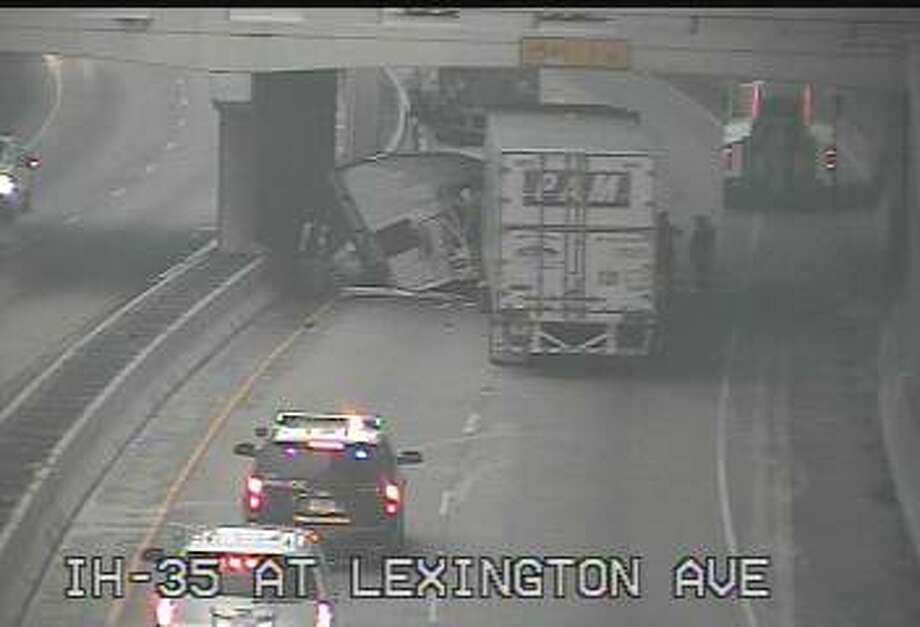 A wreck involving a big rig on the lower level of Interstate 35 southbound at Lexington and Main avenues snarled afternoon rush hour on Thursday, Jan. 22, 2015. Photo: Texas Department Of Transportation
