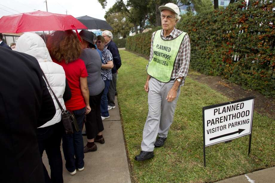 Protestantes en contra del aborto en Houston típicamente se expresan frente a una clínica de Planned Parenthood. Photo: Brett Coomer, Houston Chronicle