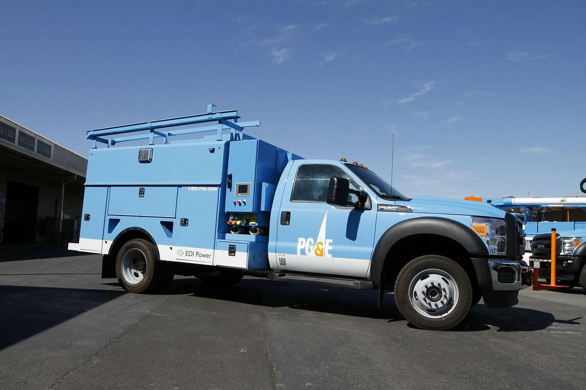 PG&E's Efficient Drivetrains Inc (EDI) Class 5 plug-in hybrid utility truck. The unit featues 120 kilowatts exportable power, enough to provide emergency power for up to 100 homes during an outage. 40 miles all-electric range, gas-hybrid after that.