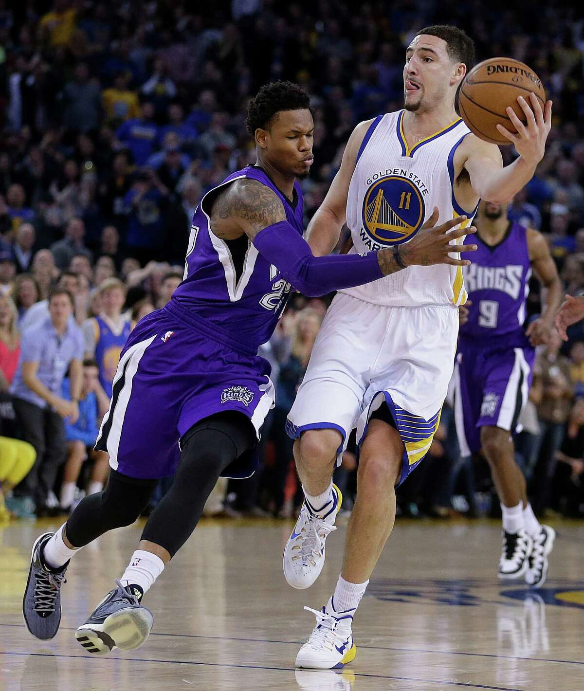 The Warriors' Klay Thompson (right) passes around the Kings' Ben McLemore during the historic third quarter.
