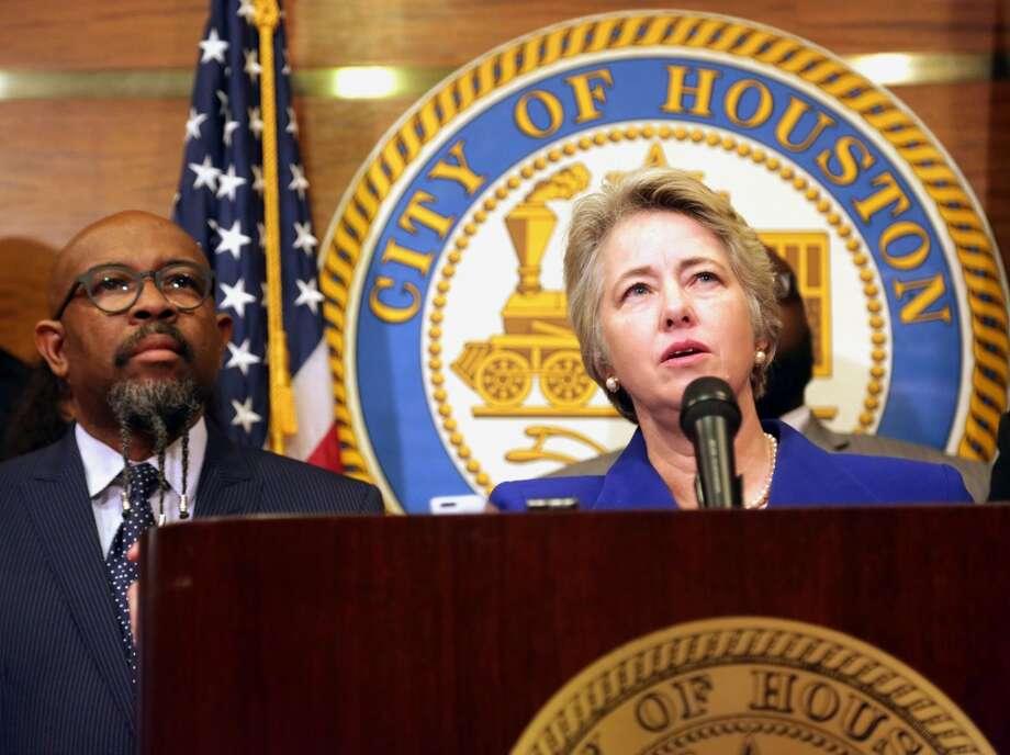 Annise Parker, alcaldesa de Houston, apoya los argumentos legales presentados por un grupo de más de 30 ayuntamientos a favor de los programas de suspensión provisional de deportaciones que son parte del decreto sobre inmigración que el presidente Obama presentó el pasado 20 de noviembre. Photo: Billy Smith II, Chronicle