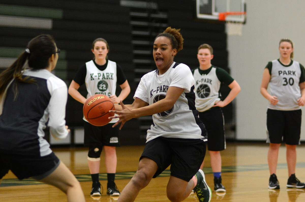 Kingwood Park senior Tavia Marshall,center, leads the offense during a team practice earlier this week.