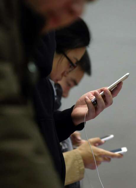 Apple has made a series of moves to compete more aggressively in China. The latest numbers show Chinese consumers want bigger iPhones, not cheaper ones. Photo: Tomohiro Ohsumi / © 2014 Bloomberg Finance LP