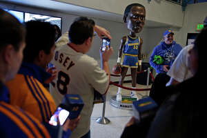 Warriors remember late, beloved Manute Bol with bobblehead - Photo