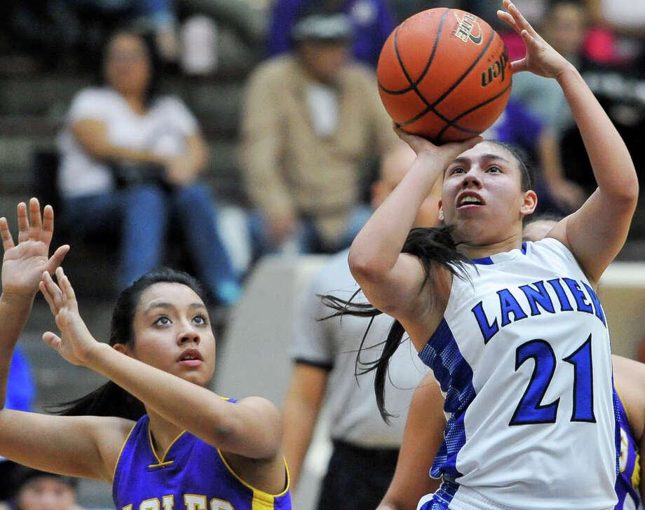 Lanier's Destiny Garza (21) shoots against Brackenridge's Clarissa Rodriguez during a district game on Jan. 27, 2015, at Alamo Convocation Center. Photo: Darren Abate /For The Express-News / Express-News