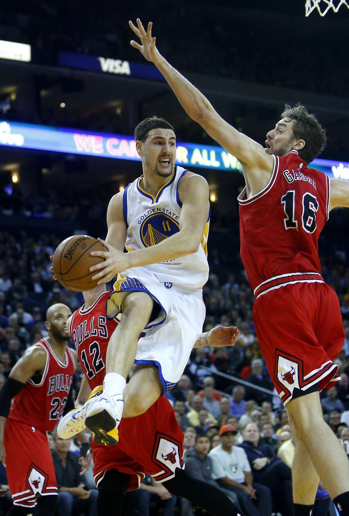 The Golden State Warriors' Klay Thompson drives against Chicago Bulls' Pau gasol in 2nd quarter during NBA game at Oracle Arena in Oakland, Calif., on Tuesday, January 27, 2015.
