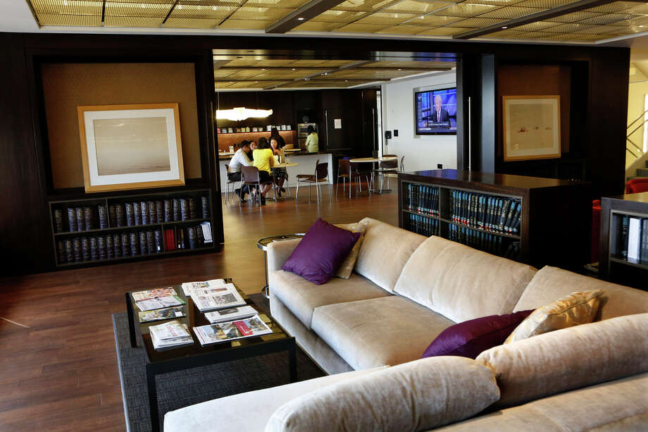 "Lawyers have lunch at the Morrison & Foerster ""loungebrary"" in Los Angeles. The firm scaled back its library to create the communal space. Photo: Anne Cusack / McClatchy-Tribune News Service / Los Angeles Times"