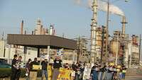 Texas refinery workers go on strike - Photo