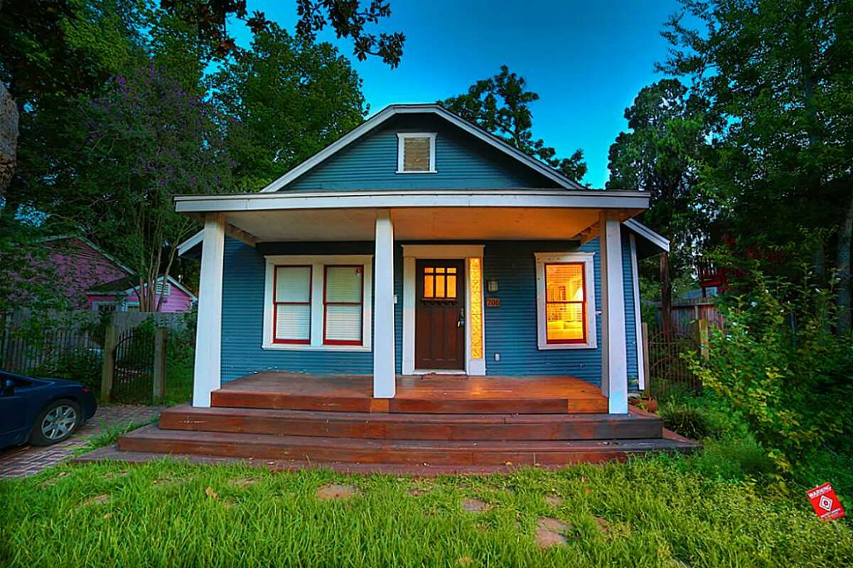 >> Houston has some pretty small homes for sale. Take a look at a few of our favorites. 206 Aurora : 988 square feet/ 2 bedrooms / 1 bathroom